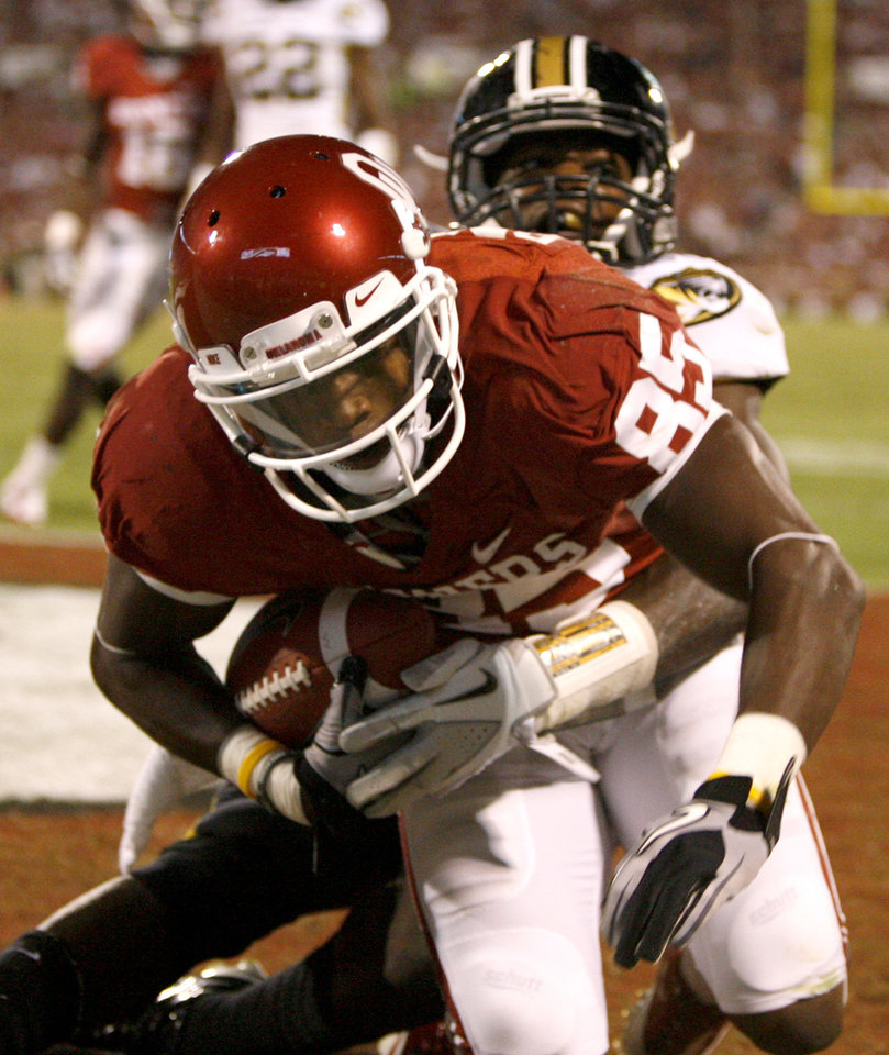 Oklahoma\'s Ryan Broyles (85) brings down a touchdown pass in front of Missouri\'s Kenronte Walker (30) during their game Saturday in Norman. OU won 38-28.Photo by Bryan Terry, The Oklahoman