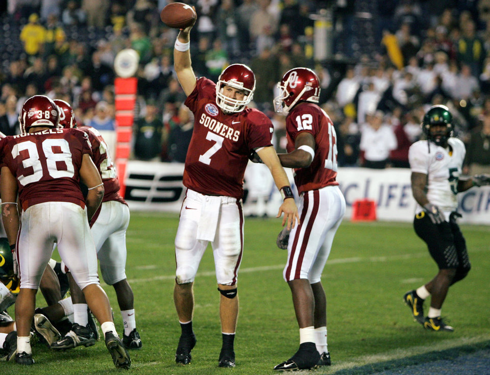 Photo - OU COLLEGE FOOTBALL: University of Oklahoma quarterback Rhett Bomar spikes the ball in the closing seconds of Oklahoma's 17-14 victory over Oregon in the Pacific Life Holiday Bowl Thursday Dec. 29, 2005 in San Diego. (AP Photo/Chris Carlson)