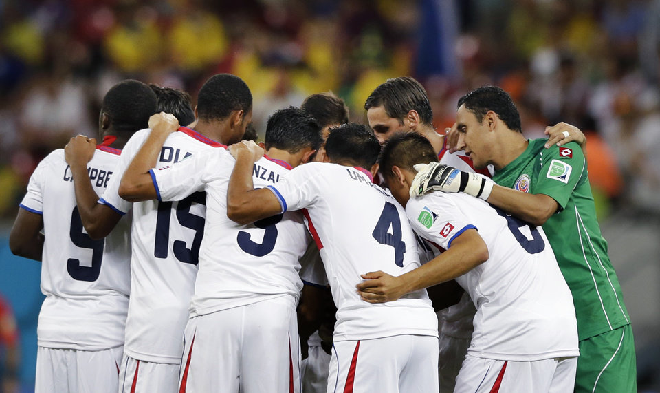 Photo - Costa Rica players form a team huddle before the start of the second half during the World Cup round of 16 soccer match between Costa Rica and Greece at the Arena Pernambuco in Recife, Brazil, Sunday, June 29, 2014. (AP Photo/Ricardo Mazalan)