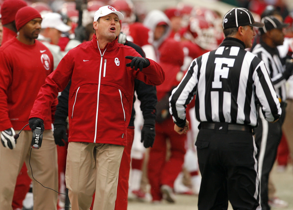 Photo - Sooner head coach Bob Stoops argues a referee's call during the second half of a college football game in which  the University of Oklahoma Sooners (OU) defeated the Iowa State University Cyclones (ISU) 26-6 at Gaylord Family-Oklahoma Memorial Stadium in Norman, Okla., Saturday, Nov. 26, 2011. Photo by Steve Sinsey, The Oklahoman