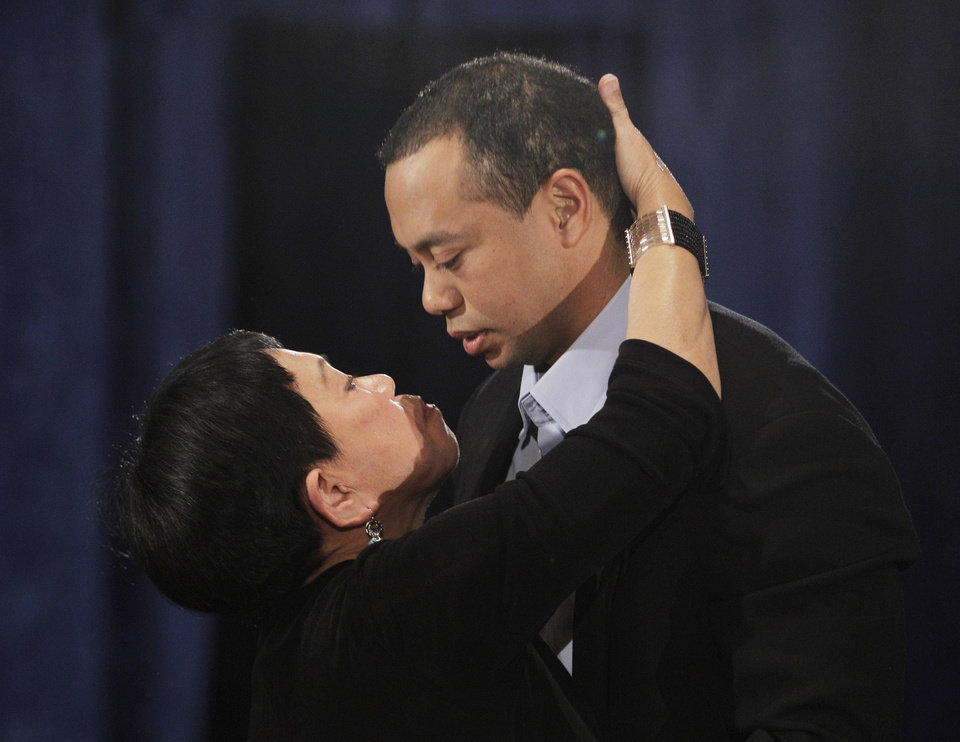 Photo - Tiger Woods, hugs and kisses his mother, Kultida Woods, during a news conference in, Friday, Feb. 19, 2010, in Ponte Vedra Beach, Fla. (AP Photo/Eric Gay) ORG XMIT: FLEG103