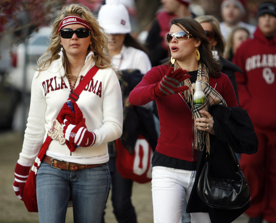Photo - OU fans Nancy Rogers of Austin, Texas, and Micah Sutherland of Tulsa, Okla., are dressed warm for the college football game between the University of Oklahoma Sooners and Texas Tech University at the Gaylord Family -- Oklahoma Memorial Stadium on Saturday, Nov. 22, 2008, in Norman, Okla.   BY STEVE SISNEY, THE OKLAHOMAN