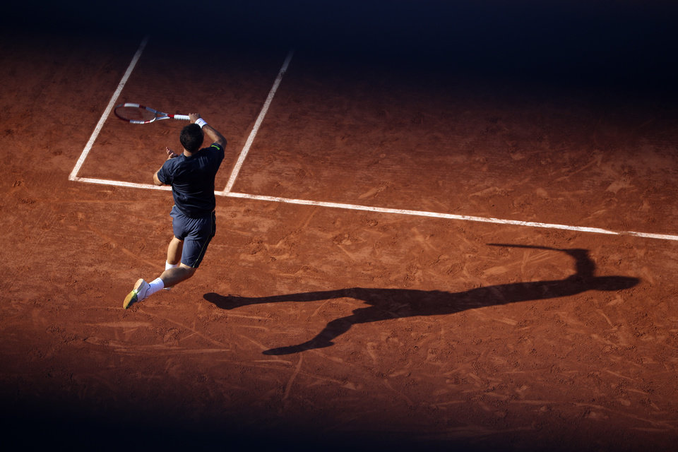 Photo - Germany's Philipp Kohlschreiber returns the ball to Britain's Andy Murray during their third round match of  the French Open tennis tournament at the Roland Garros stadium, in Paris, France, Saturday, May 31, 2014. (AP Photo/David Vincent)