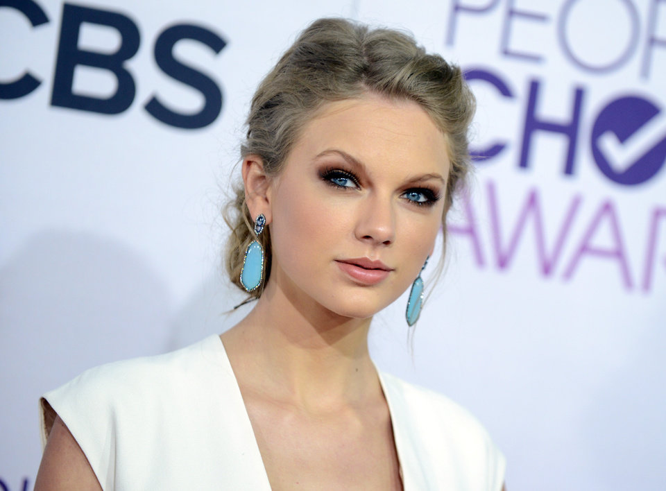 "FILE - This Jan. 9, 2013 file photo shows Taylor Swift at the People\'s Choice Awards at the Nokia Theatre in Los Angeles. A new girl is coming to Fox\'s ""New Girl"": Taylor Swift. A representative for the Grammy-winning singer said Thursday, March 28, 2013, that Swift will appear on the May 14 season finale of the hit show. (Photo by Jordan Strauss/Invision/AP, file)"
