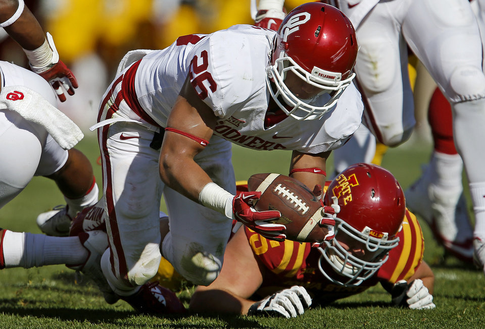 Photo - Oklahoma's Jordan Evans (26) recovers a fumble in front of Iowa State's Jacob Gannon (65) during a college football game between the University of Oklahoma Sooners (OU) and the Iowa State Cyclones (ISU) at Jack Trice Stadium in Ames, Iowa, Saturday, Nov. 1, 2014. Photo by Bryan Terry, The Oklahoman