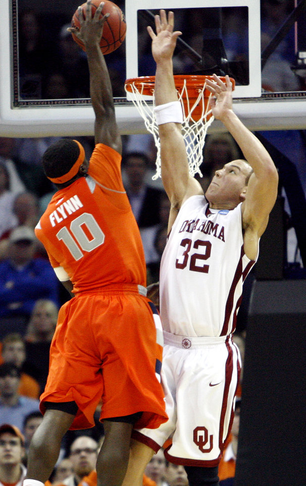 Oklahoma\'s Taylor Griffin (32) defends on Syracuse\'s Jonny Flynn (10) during the second half of the NCAA Men\'s Basketball Regional at the FedEx Forum on Friday, March 27, 2009, in Memphis, Tenn. PHOTO BY CHRIS LANDSBERGER, THE OKLAHOMAN