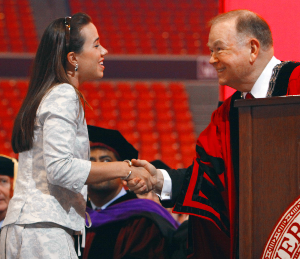 Photo - UNIVERSITY OF OKLAHOMA / OU / DAVID BOREN: President David L. Boren shakes hands with Julia Wynn, recipient of a scholarship  bearing his name during the New Sooner Convocation at  the Lloyd Noble Center on Thursday, August 19, 2010, in Norman, Okla.  Photo by Steve Sisney, The Oklahoman ORG XMIT: KOD