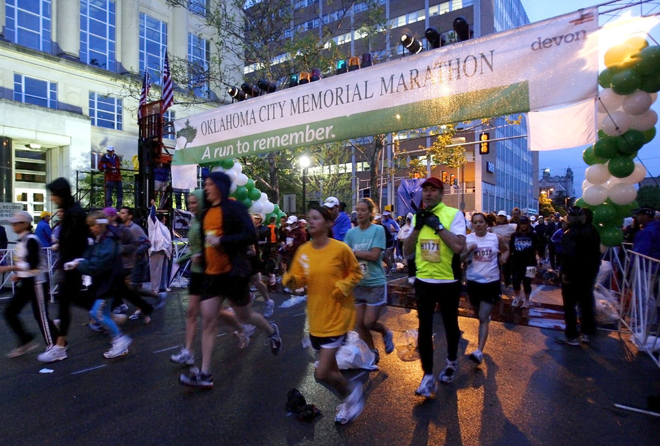 Marathon participants make their way down Robinson during the start of the  eighth annual Oklahoma City Memorial Marathon on Sunday , April 27, 2008, in Oklahoma City, Okla.   PHOTO BY CHRIS LANDSBERGER   ORG XMIT: KOD