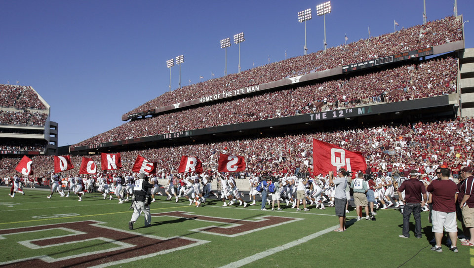 Photo - The Sooners take the field before the college football game between the University of Oklahoma (OU) and Texas A&M University (TAMU) at Kyle Field in College Station, Texas, Saturday, Nov. 8, 2008. BY NATE BILLINGS, THE OKLAHOMAN