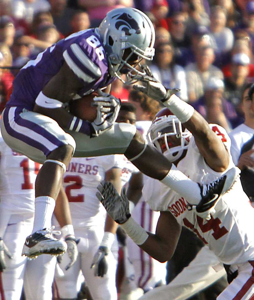 Photo - Kansas State Wildcats' Tramaine Thompson (86) makes a catch in front of Oklahoma Sooners' Aaron Colvin (14) during the college football game between the University of Oklahoma Sooners (OU) and the Kansas State University Wildcats (KSU) at Bill Snyder Family Stadium on Sunday, Oct. 30, 2011. in Manhattan, Kan. Photo by Chris Landsberger, The Oklahoman  ORG XMIT: KOD