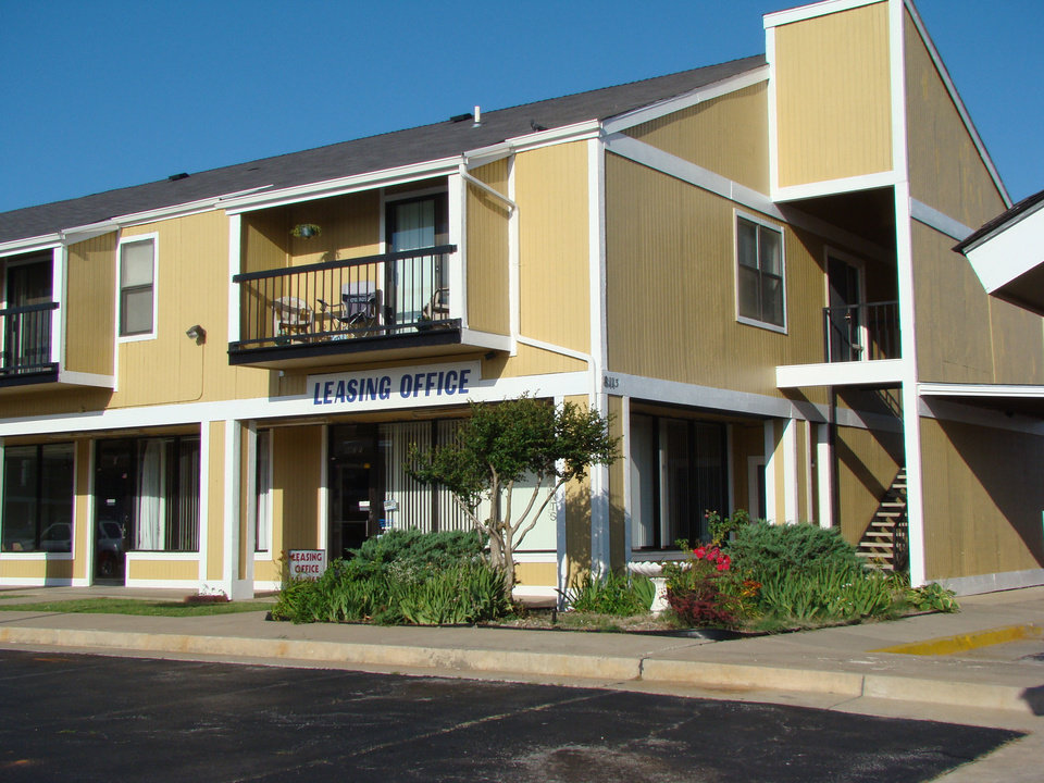 Photo - Investors Peter Lukowitsch of California and Chris Williams of Nevada paid $3.85 million for the 28-year-old, 127-unit Lightning Creek Apartments, 8113 S Western Ave. Photo Provided by CRRC