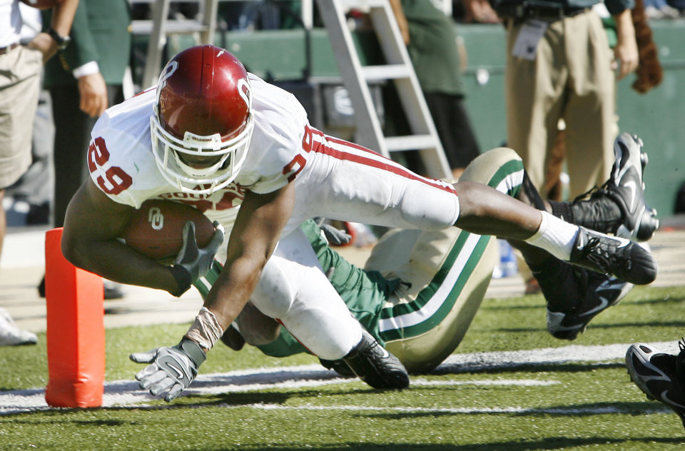Photo - Chris Brown stretches for a score in the second half during the University of Oklahoma Sooners (OU) college football game against Baylor University Bears (BU) at Floyd Casey Stadium, on Saturday, Nov. 18, 2006, in Waco, Texas.  Baylor's C. J. Wilson is the tackler.   by Steve Sisney, The Oklahoman