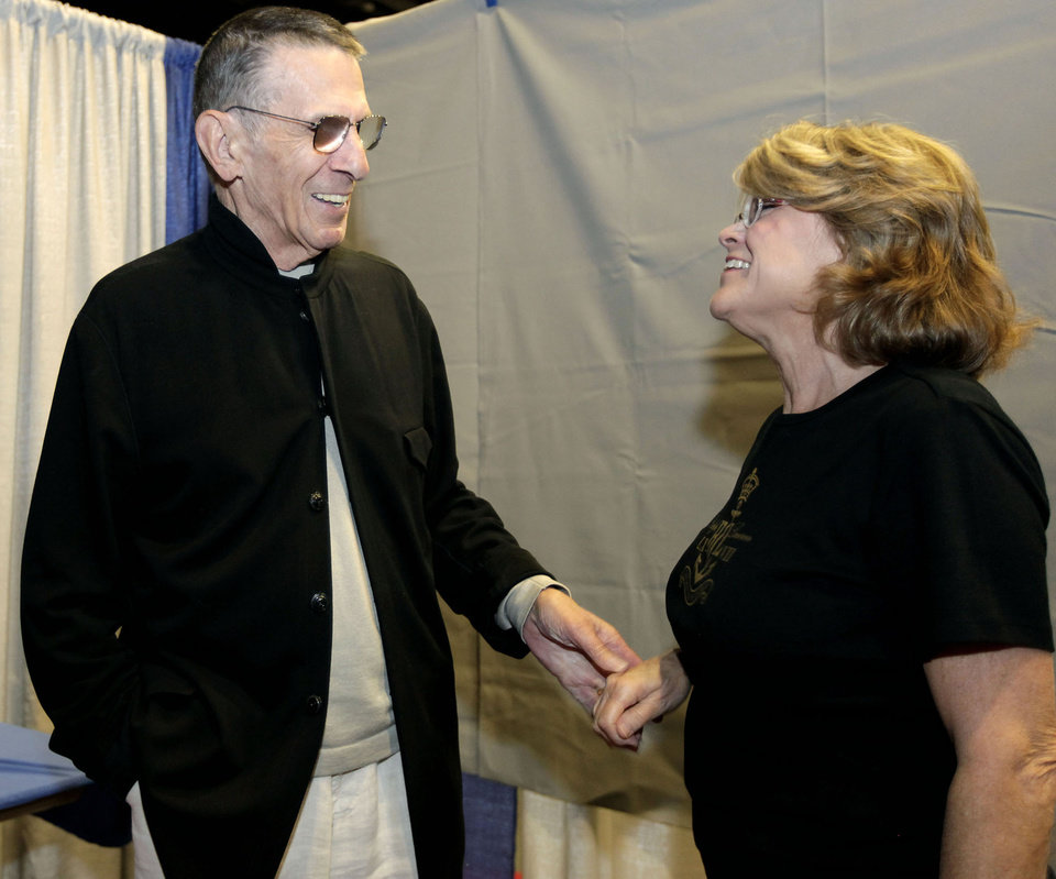 Photo - Leonard Nimoy visits with fan Susan Hendrex (CQ) of Catoosa at the Trek Expo June 27, 2009. MIKE SIMONS/Tulsa World ORG XMIT: 0906272215503005