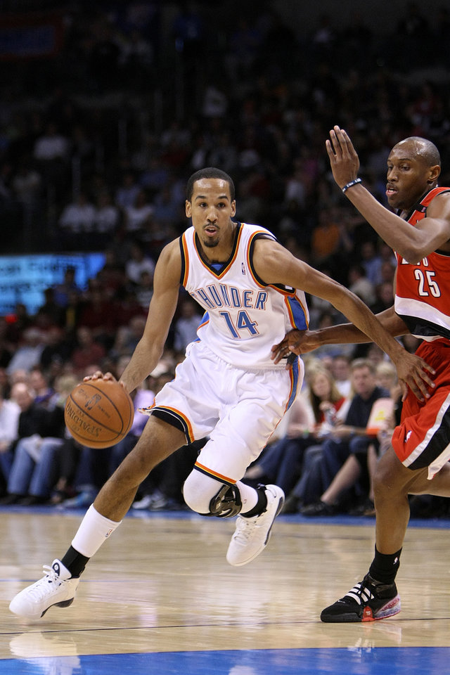 Photo - OKLAHOMA CITY THUNDER / PORTLAND TRAIL BLAZERS / NBA BASKETBALL  Oklahoma City Thunder guard Shaun Livingston drives past Portland's Travis Outlaw during the Thunder - Portland game April 3, 2009 in the Ford Center in Oklahoma City.    BY HUGH SCOTT, THE OKLAHOMAN ORG XMIT: KOD