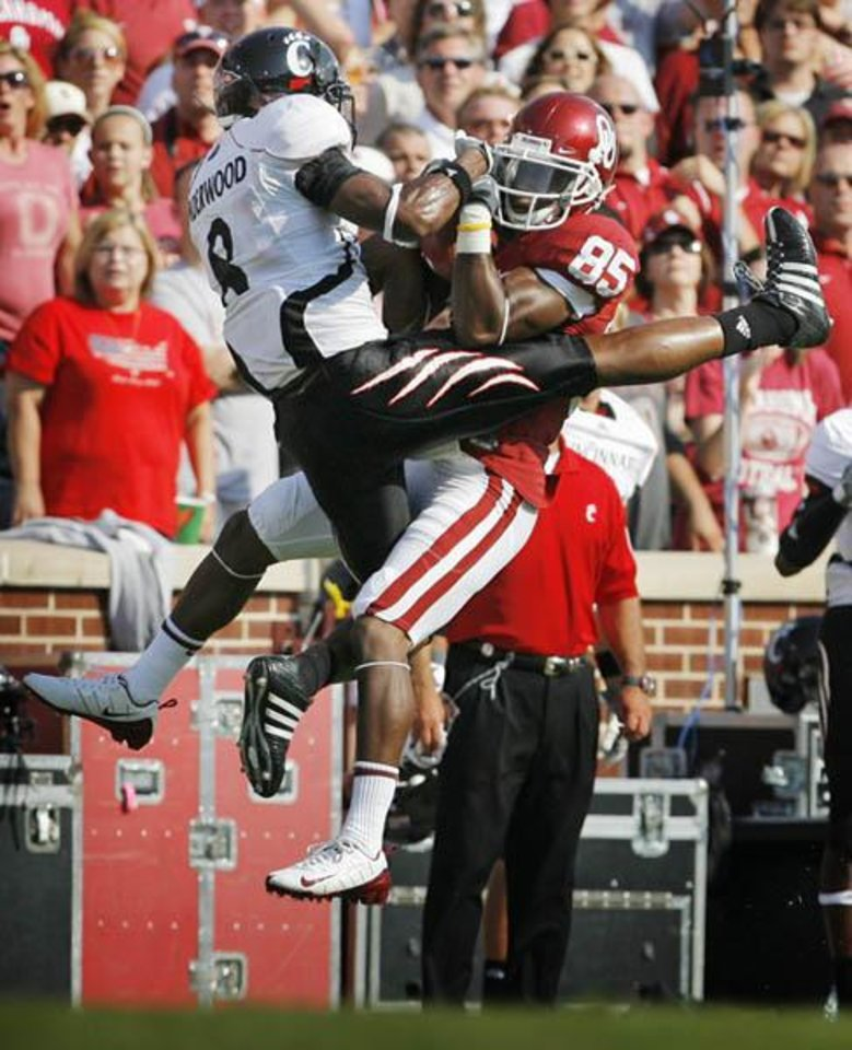 OU\'s Ryan Broyles (85) catches a pass for a first down as Cincinnati\'s Brandon Underwood (8) defends in the third quarter during the college football game between the University of Oklahoma and Cincinnati at Gaylord Family -- Oklahoma Memorial Stadium in Norman, Okla., Saturday, September 6, 2008. OU won, 52-26. BY NATE BILLINGS, THE OKLAHOMAN