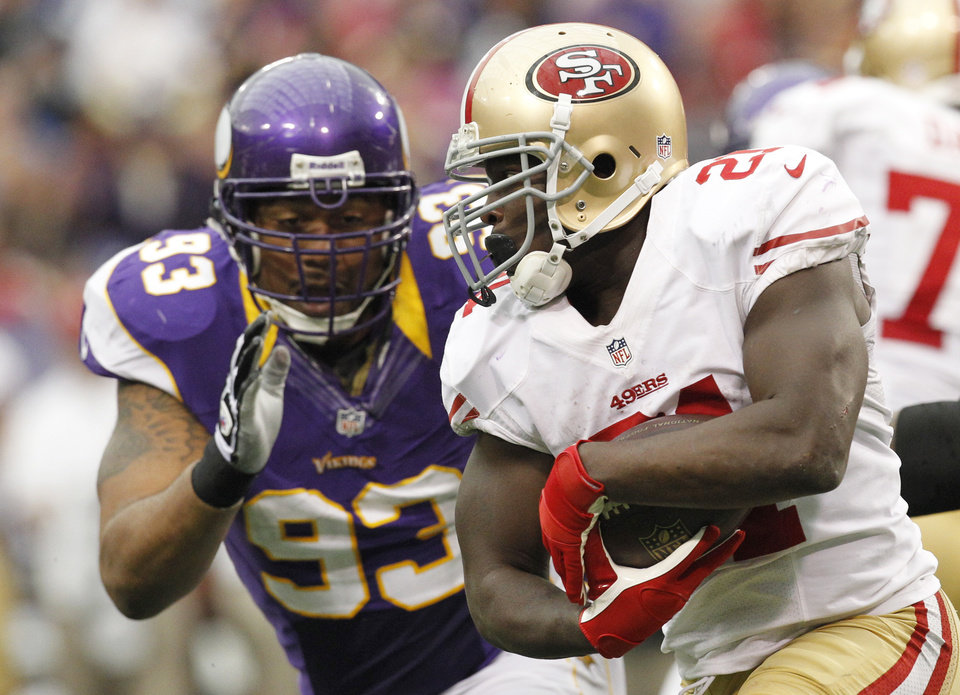 Photo -   San Francisco 49ers running back Frank Gore, right, runs from Minnesota Vikings defensive tackle Kevin Williams, left, during the second half of an NFL football game Sunday, Sept. 23, 2012, in Minneapolis. (AP Photo/Genevieve Ross)
