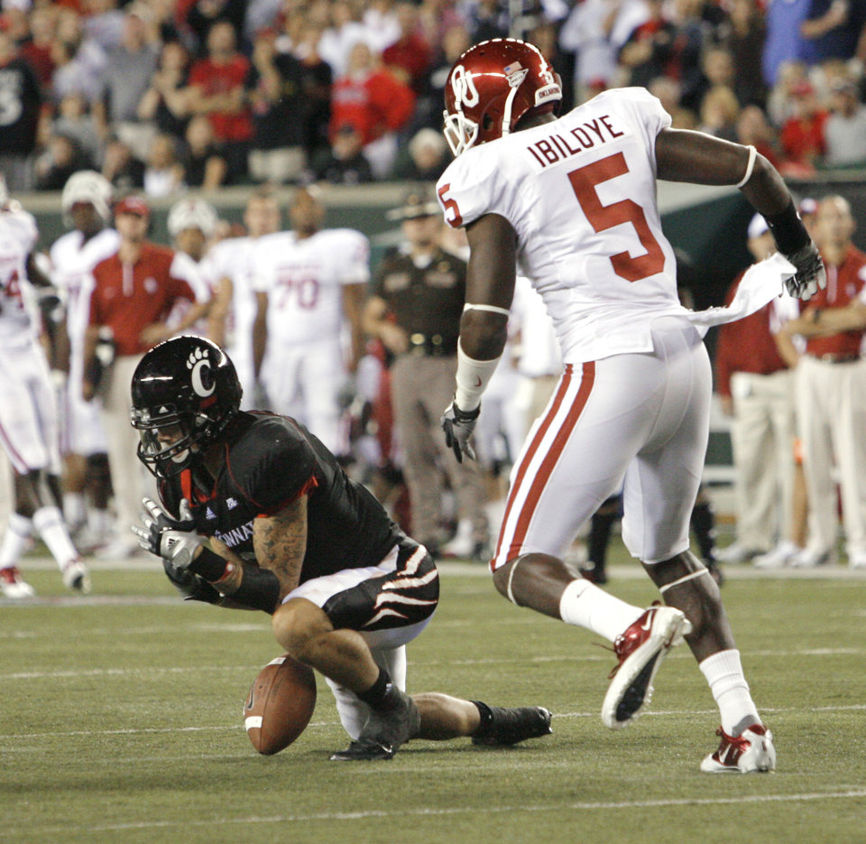 Photo - DJ Woods (3) drops a punt after signaling a fair catch with Joseph Ibiloye (5) and other Sooners close enough to recover the punt during the second half of the college football game between the University of Oklahoma Sooners (OU) and the University of Cincinnati Bearcats (UC) at Paul Brown Stadium on Saturday, Sept. 25, 2010, in Cincinnati, Ohio.   Photo by Steve Sisney, The Oklahoman