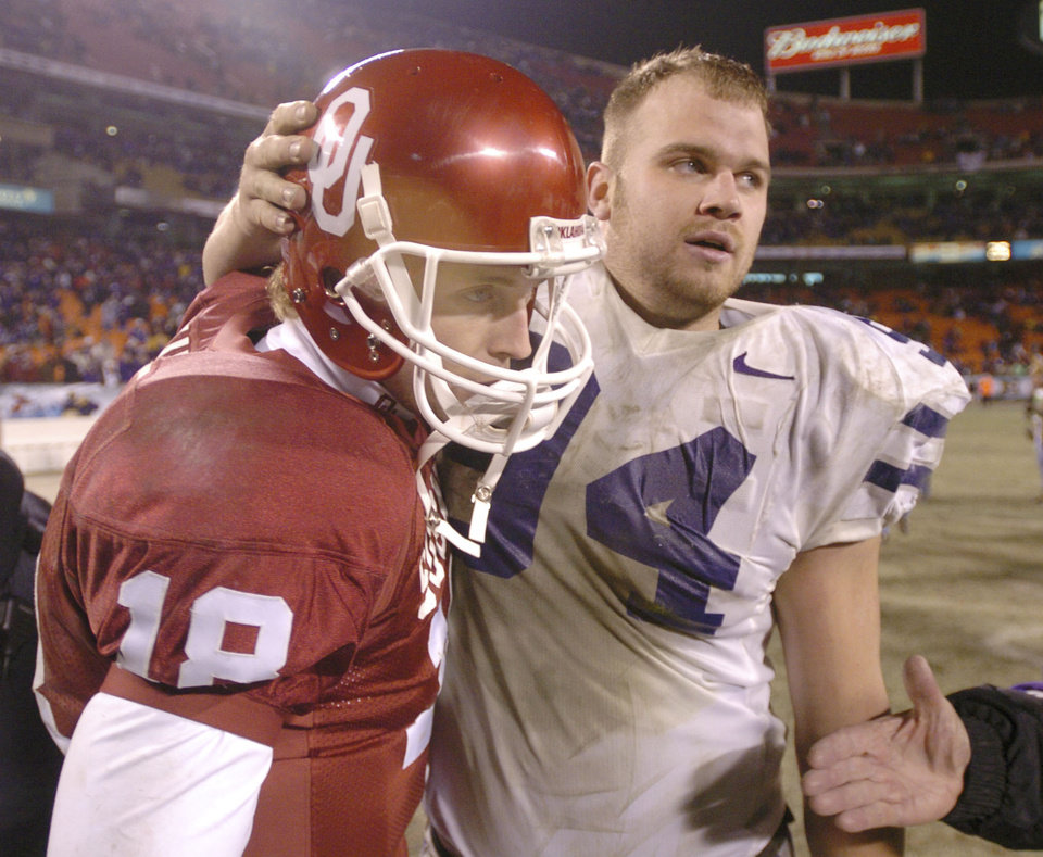 Kansas City, Mo. Saturday,12/06/2003 UNIVERSITY OF OKLAHOMA VS KANSAS STATE UNIVERSITY BIG 12 COLLEGE FOOTBALL CHAMPIONSHIP ARROWHEAD STADIUM. KSU\'s #94 Thomas Houchin pats OU quarterback Jason White on the helmet after the game. (Staff photo by Steve Gooch)