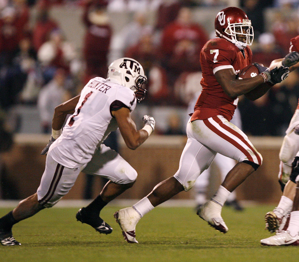 Photo - Oklahoma's DeMarco Murray (7) runs past Texas A&M's Trent Hunter (1) for a 65-yard touchdown reception during the second half of the college football game between the University of Oklahoma Sooners (OU) and the Texas A&M Aggies at Gaylord Family-Memorial Stadium on Saturday, Nov. 14, 2009, in Norman, Okla. 