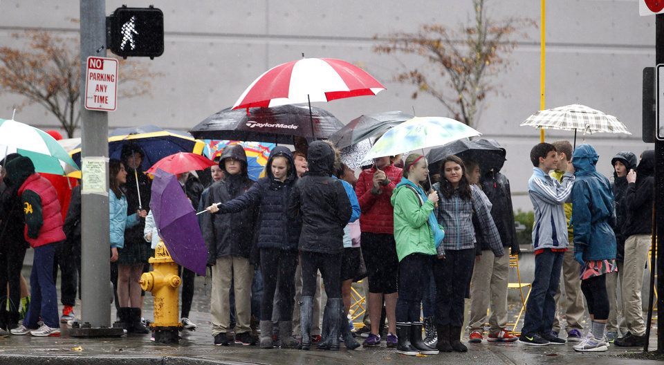 Photo -   School children huddle under umbrellas as they wait to cross a street during an outing Monday, Nov. 19, 2012, in Seattle. Wet and windy weather with mountain snow will continue this week in Washington, but there may be a lull for turkeys to land on Thanksgiving Day tables, forecasters said. More Pacific storms that started rolling across the Northwest in waves over the weekend are on their way, according to the National Weather Service. (AP Photo/Elaine Thompson)