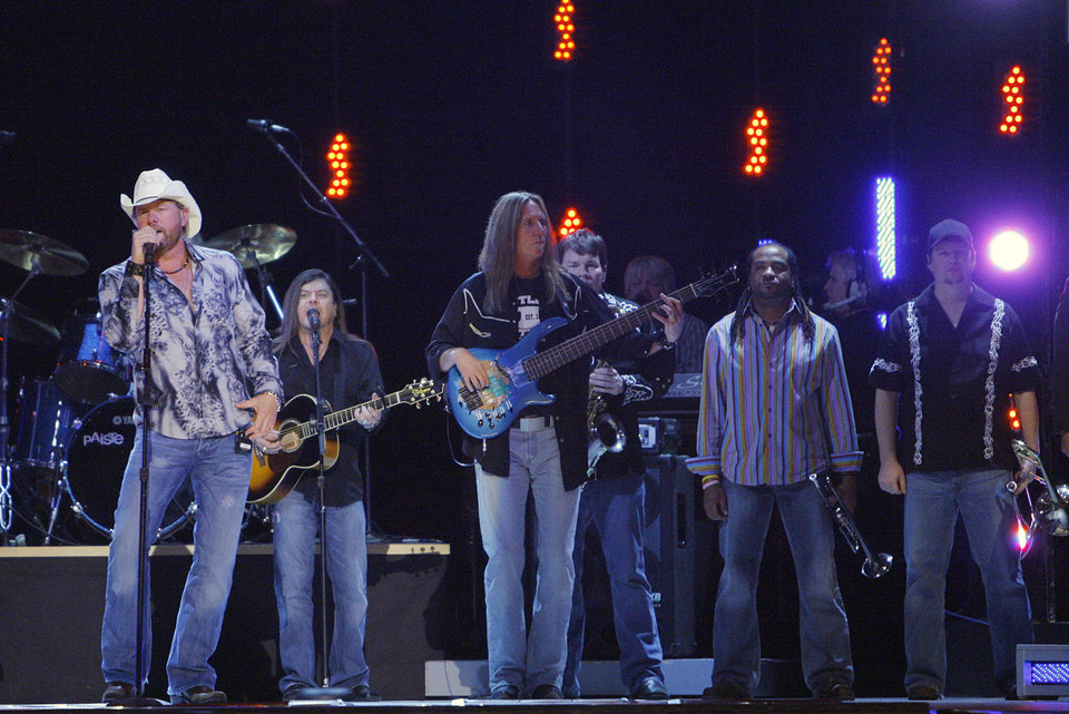 Photo - Toby Keith performs