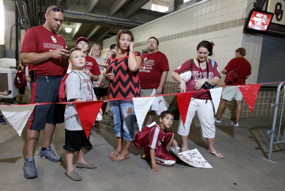 Photo - Fans line up for the University of Oklahoma Sooner (OU) football team fan appreciation day at Gaylord Family-Oklahoma Memorial Stadium in Norman, Okla., on Saturday, Aug. 3, 2013. Photo by Steve Sisney, The Oklahoman