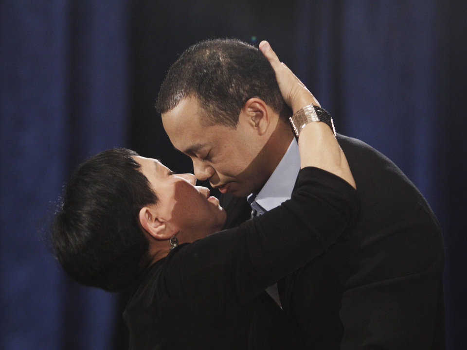Photo - Tiger Woods, hugs and kisses his mother, Kultida Woods, during a news conference in, Friday, Feb. 19, 2010, in Ponte Vedra Beach, Fla. (AP Photo/Eric Gay) ORG XMIT: FLEG101