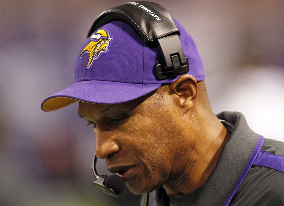 Photo -   Minnesota Vikings head coach Leslie Frazier looks on during the first half of an NFL football game against the Tampa Bay Buccaneers Thursday, Oct. 25, 2012, in Minneapolis. (AP Photo/Andy King)