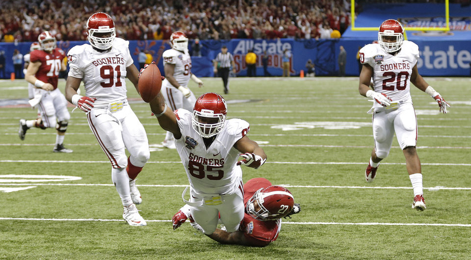 Oklahoma's Geneo Grissom (85) dives for the end zone over Alabama's Derrick Henry (27) to score a touchdown on a fumble return during the NCAA football BCS Sugar Bowl game between the University of Oklahoma Sooners (OU) and the University of Alabama Crimson Tide (UA) at the Superdome in New Orleans, La., Thursday, Jan. 2, 2014.  .Photo by Chris Landsberger, The Oklahoman