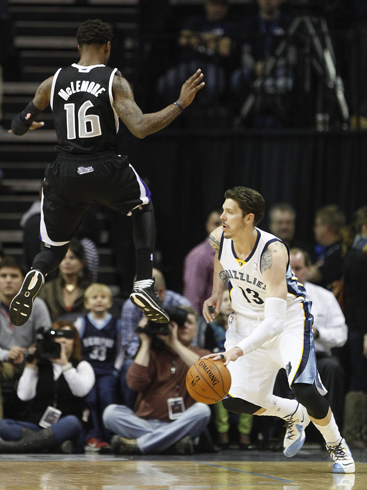 Photo - Memphis Grizzlies forward Mike Miller (13) drives to the basket after faking out Sacramento Kings guard Ben McLemore (16) in the first half of an NBA basketball game on Friday, Jan. 17, 2014, in Memphis, Tenn. (AP Photo/Lance Murphey)