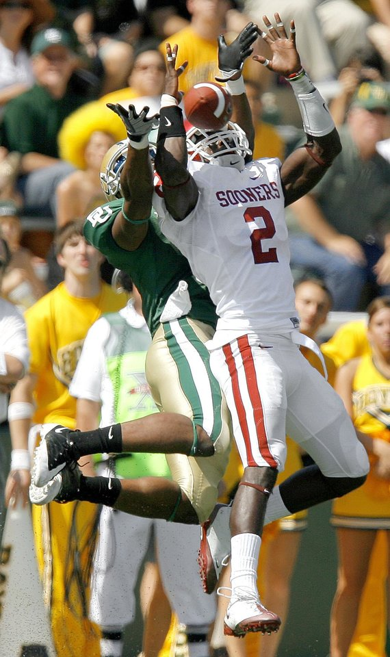 Photo - OU's Brian Jackson breaks up a pass intended for T.J. Scranton of Baylor in the first half of the college football game between Oklahoma (OU) and Baylor University at Floyd Casey Stadium in Waco, Texas, Saturday, October 4, 2008.   BY BRYAN TERRY, THE OKLAHOMAN