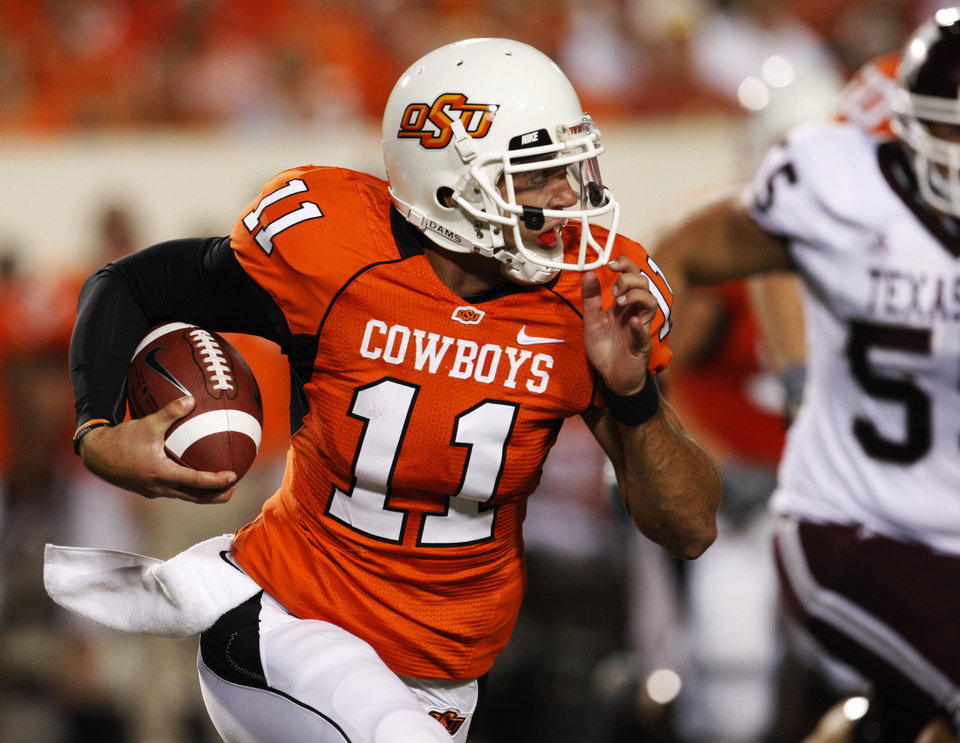 Photo - OSU: Oklahoma State University quarterback Zac Robinson runs the ball against Texas A&M in the fourth quarter of an NCAA college football game in Stillwater, Okla., Saturday, Oct. 4, 2008. Oklahoma State won the game 56-28. (AP Photo/Sue Ogrocki) ORG XMIT: OKSO109