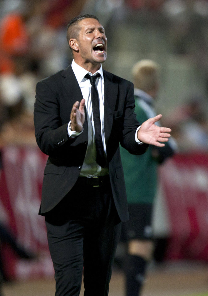 Photo -   Atletico Madrid's head coach Diego Simeone during their Europa League Group B soccer match against Hapoel Tel Aviv's at the Bloomfield stadium in Tel Aviv, Israel,Thursday, Sept. 20, 2012. (AP Photo/Ariel Schalit)