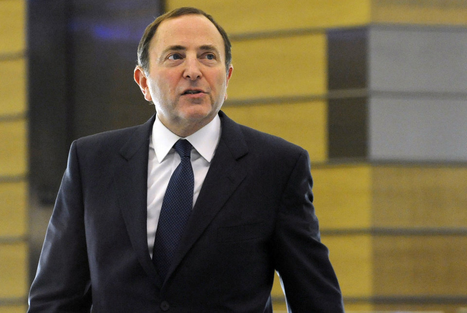 Photo -   NHL Commissioner Gary Bettman leaves following labor talks, Friday, Nov. 9, 2012, in New York. The league and the players' association met Friday for the fourth straight day trying to reach an agreement to end the lockout. (AP Photo/Louis Lanzano)