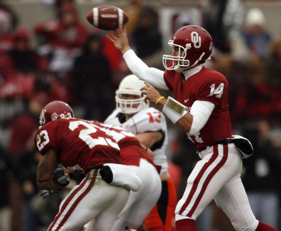 Photo - Sam Bradford throws during the first half of the college football game between the University of Oklahoma Sooners (OU) and the Oklahoma State University Cowboys (OSU) at the Gaylord Family-Memorial Stadium on Saturday, Nov. 24, 2007, in Norman, Okla. 
