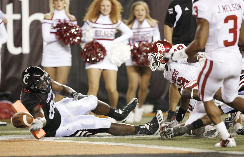 Photo - Adrien Robinson's (88) catch in is ruled a touchdown during the second half of the college football game between the University of Oklahoma Sooners (OU) and the University of Cincinnati Bearcats (UC) at Paul Brown Stadium on Saturday, Sept. 25, 2010, in Cincinnati, Ohio.   Photo by Steve Sisney, The Oklahoman