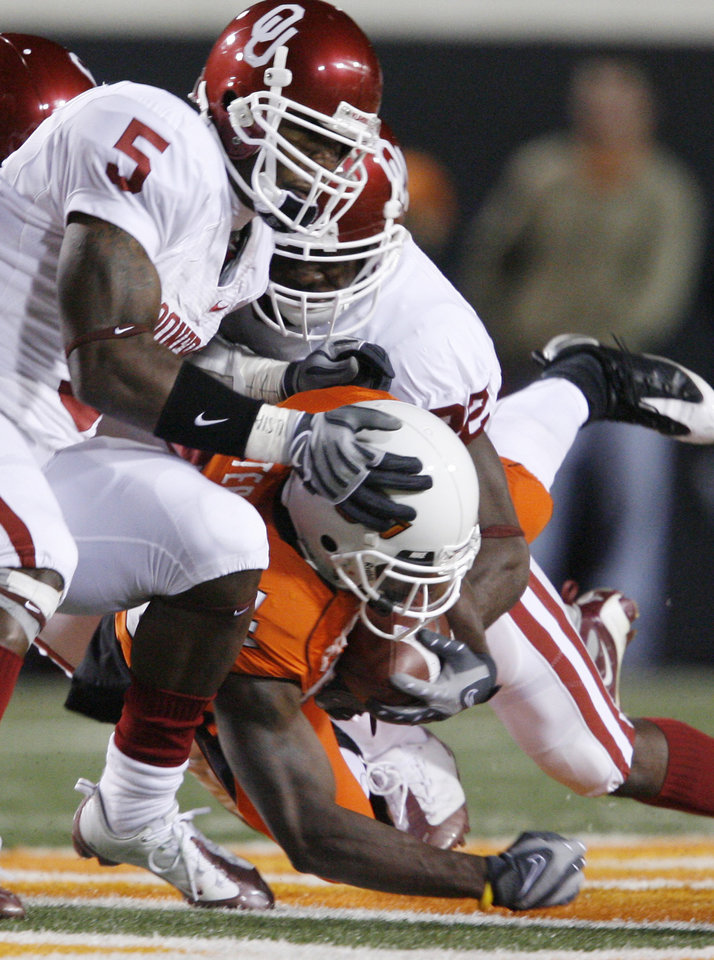 Kendall Hunter is taken down by Sooner defense during the first half of the college football game between the University of Oklahoma Sooners (OU) and Oklahoma State University Cowboys (OSU) at Boone Pickens Stadium on Saturday, Nov. 29, 2008, in Stillwater, Okla. STAFF PHOTO BY BRYAN TERRY