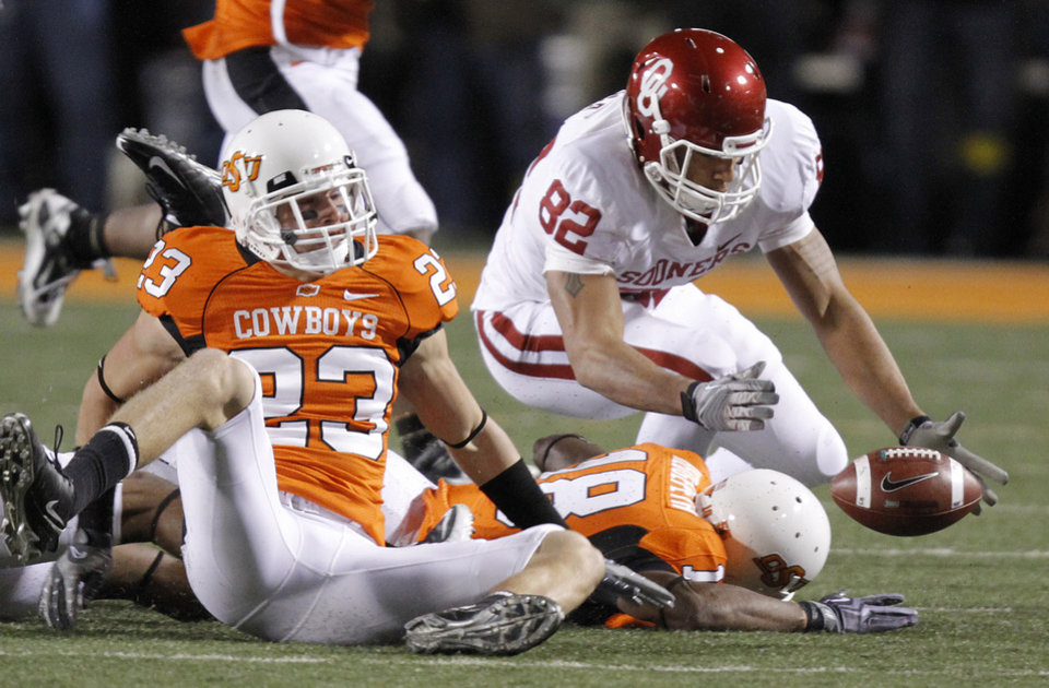 Photo - Oklahoma's James Hanna (82) recovers a fumble on a kick return during the Bedlam college football game between the University of Oklahoma Sooners (OU) and the Oklahoma State University Cowboys (OSU) at Boone Pickens Stadium in Stillwater, Okla., Saturday, Nov. 27, 2010. Photo by Chris Landsberger, The Oklahoman