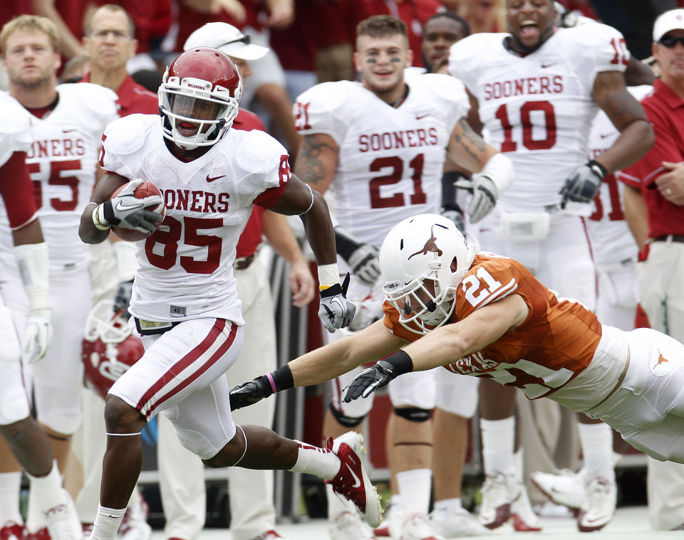 Oklahoma wide receiver Ryan Broyles (85) evades Texas safety Blake Gideon (21) after his reception in the first quarter of ab NCAA college football game at the Cotton Bowl in Dallas, Saturday, Oct. 8, 2011.  (AP Photo/LM Otero) ORG XMIT: TXMO104