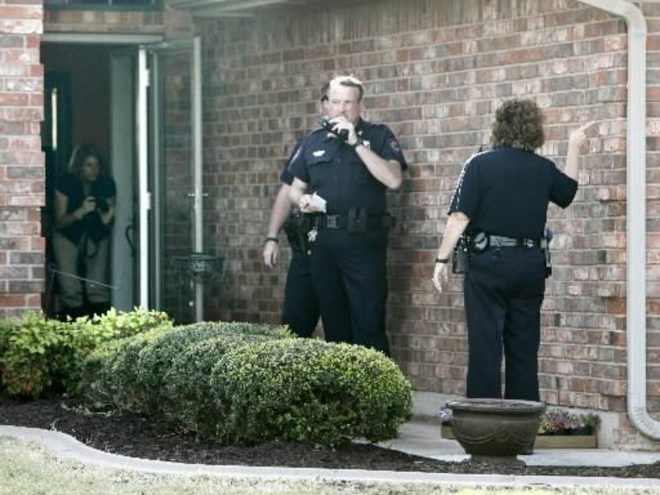 Photo - Yukon Police investigate a shooting at 317 Sunrise in Yukon, OK, involving a Piedmont policeman who shot a suspect trying to break into his home, Tuesday, April 19, 2011. By Paul Hellstern