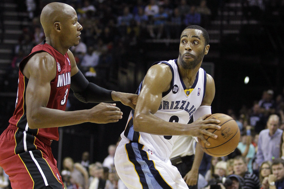 Photo -   Memphis Grizzlies' Wayne Ellington, right, is guarded by Miami Heat's Ray Allen, left, during the second half of an NBA basketball game in Memphis, Tenn., Sunday, Nov. 11, 2012. The Grizzlies won 104-86. (AP Photo/Danny Johnston)