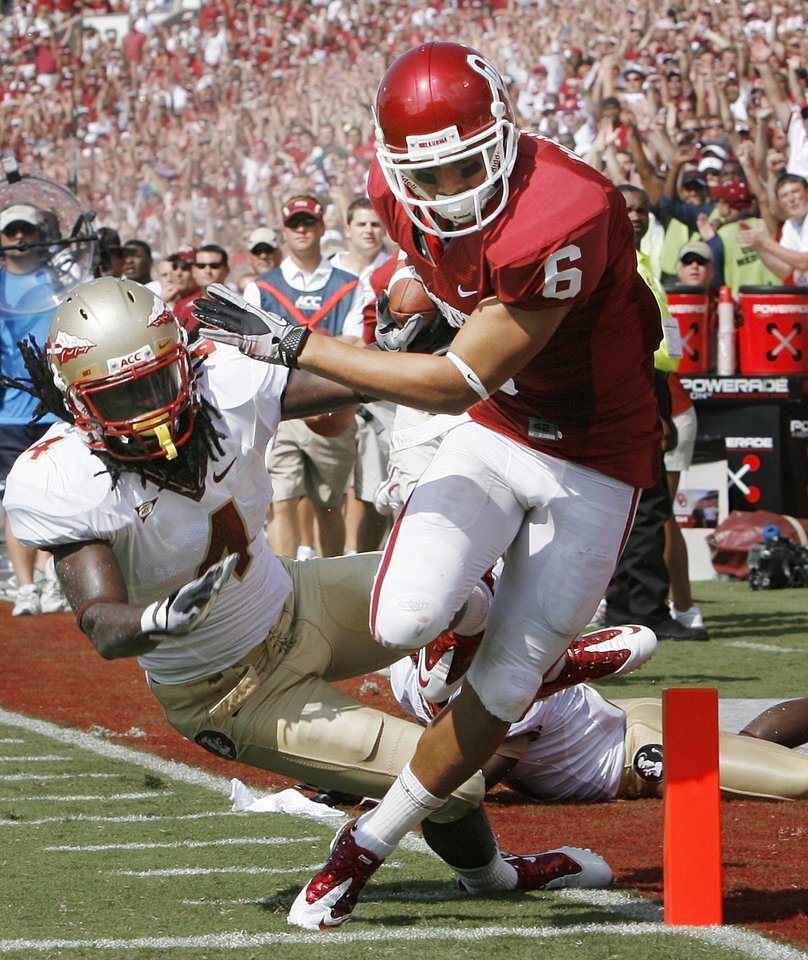 Photo - Cameron Kenney scores on a pass during the first half of the college football game between the University of Oklahoma Sooners (OU) and Florida State University Seminoles (FSU) at the Gaylord Family-Oklahoma Memorial Stadium on Saturday, Sept. 11 2010, in Norman, Okla.   Photo by Steve Sisney, The Oklahoman