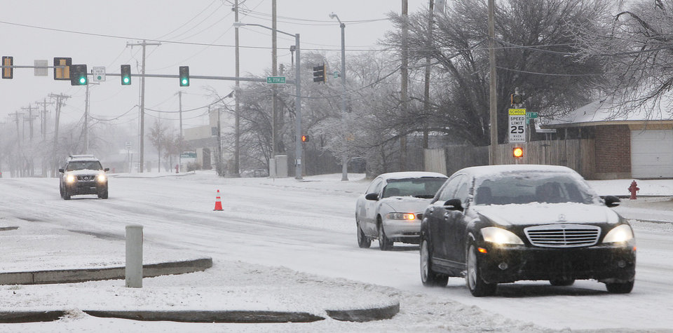 Photo - Cars drive on Kelly south of Second Street in Edmond, Friday , January 29, 2010. Photo by David McDaniel, The Oklahoman