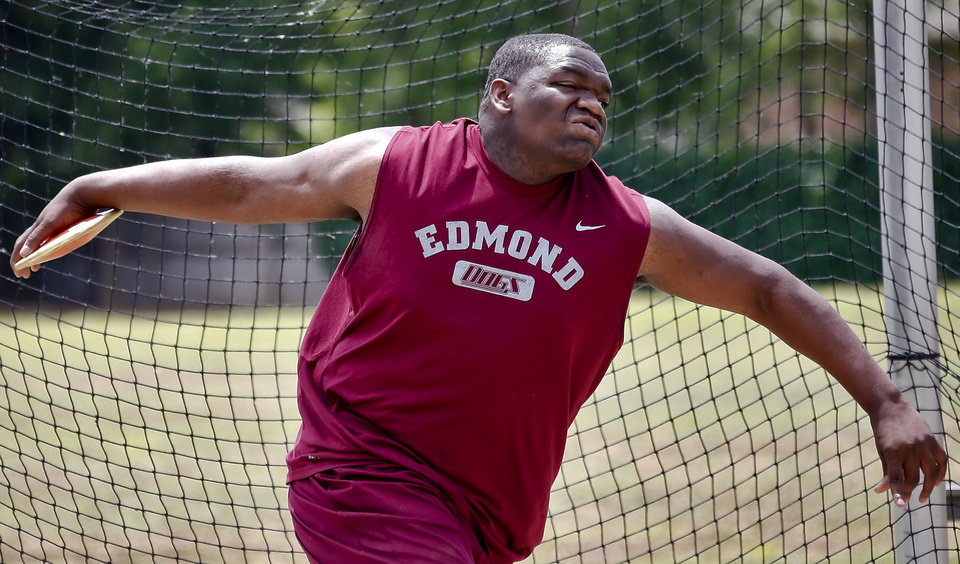 Photo - Edmond Memorial's David Smith  competes in the Class 6A boys discus during the Class 6A and 5A state championship track meet at Yukon High School on Saturday, May 17, 2014 in Yukon, Okla.   Photo by Chris Landsberger, The Oklahoman