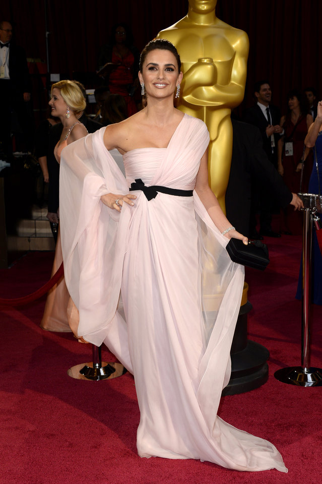 Photo - Penelope Cruz arrives at the Oscars on Sunday, March 2, 2014, at the Dolby Theatre in Los Angeles.  (Photo by Dan Steinberg/Invision/AP)