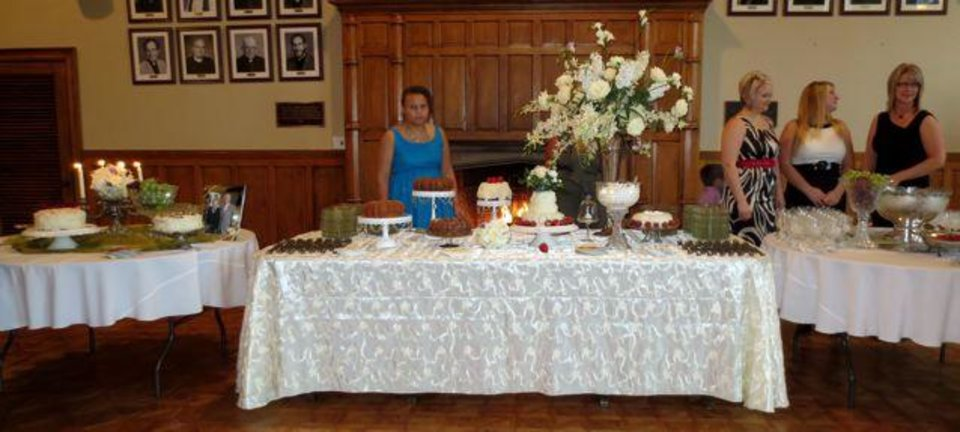 Cakes and punch. (Photo by Helen Ford Wallace).