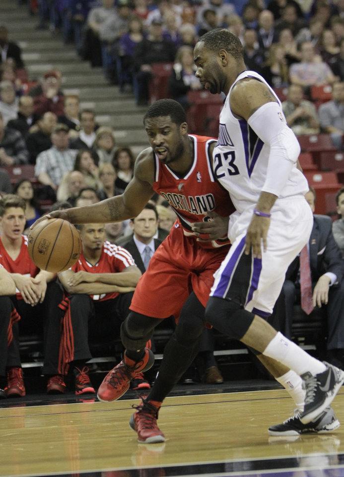 Photo - Portland Trail Blazers guard Wesley Matthews, left, drives against Sacramento Kings  guard Marcus Thornton during the first quarter of an NBA basketball game in Sacramento, Calif., Tuesday, Jan. 7, 2014. (AP Photo/Rich Pedroncelli)