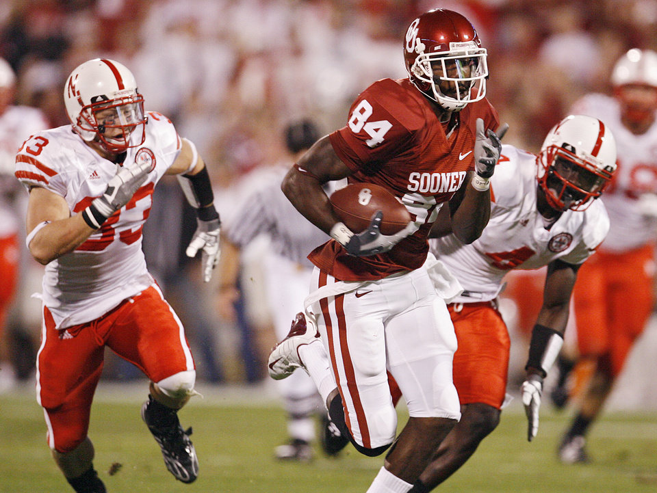 Oklahoma's Quentin Chaney (84) out runs Nebraska's Matt O'Hanlon (33) and Larry Asante (4) for a touchdown during the first half of the college football game between the University of Oklahoma Sooners (OU) and the University of Nebraska Huskers (NU) at the Gaylord Family Memorial Stadium, on Saturday, Nov. 1, 2008, in Norman, Okla. 
