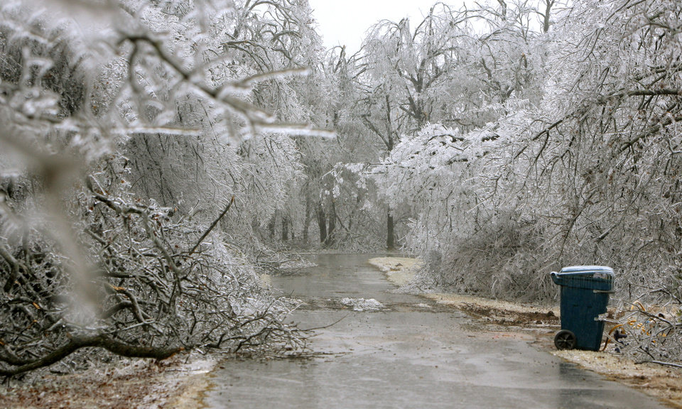WINTER / COLD / WEATHER / ICE STORM 2007, DAMAGE: A look down Sante Fe Avenue during a winter storm, in Carney, Okla., Tuesday, December 11, 2007. By Matt Strasen, The Oklahoman ORG XMIT: KOD
