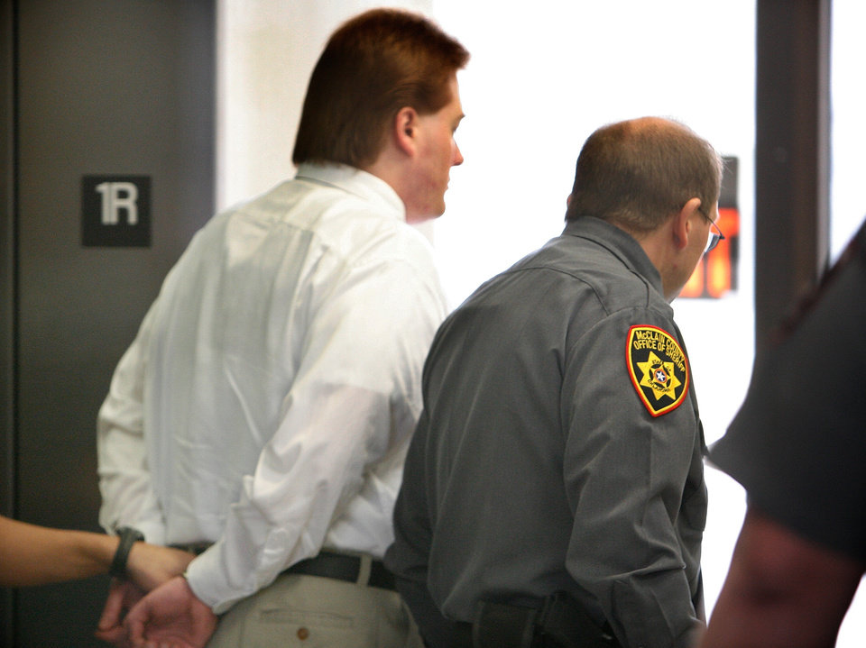 Photo - JAMIE BOLIN, MURDER TRIAL, KEVIN UNDERWOOD: Kevin Ray Underwood walks to the jail in handcuffs after he was found guilty of the murder of Jamie Rose Bolin by a jury in the Cleveland County Courthouse in Norman, Oklahoma on Friday, February 29, 2008.    BY STEVE SISNEY, THE OKLAHOMAN ORG XMIT: KOD